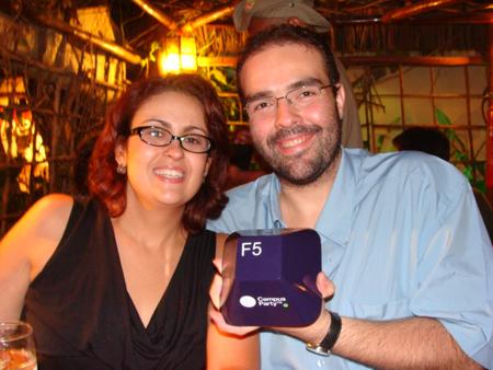 dudu e maira recebem troféu best blogs brazil