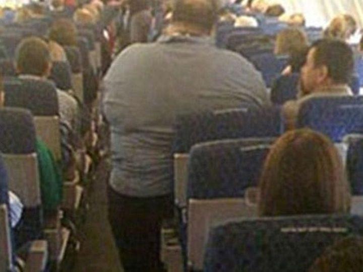 Passageiro gordo não cabe na cadeira da American Airlines