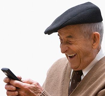 Velho com celular
