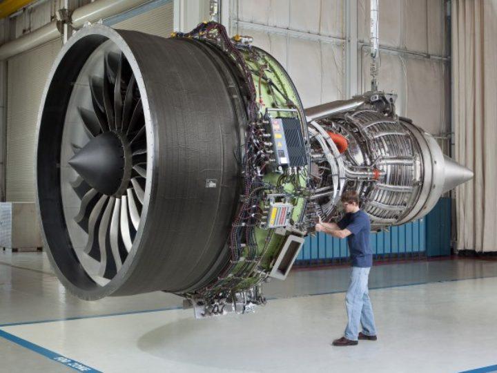 Consertando aviões