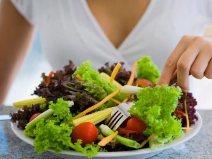 Como ter uma alimentação saudável comendo fora de casa?