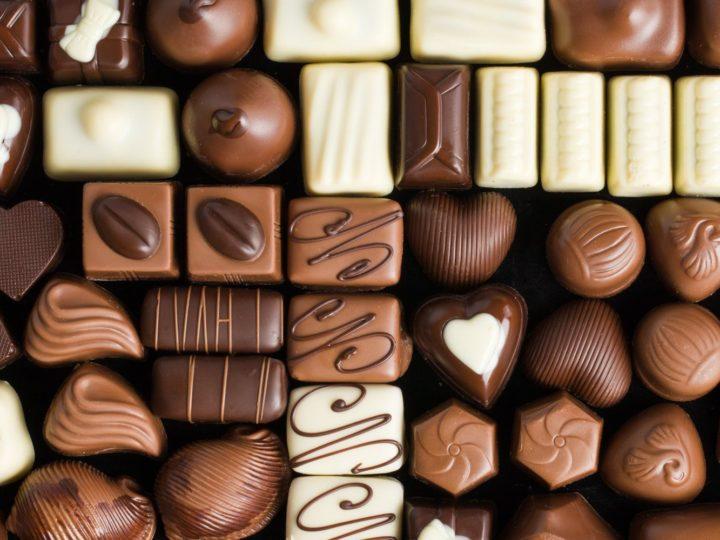 Chocolate reduz risco de doenças cardíacas e combate cólica menstrual