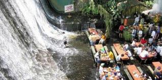 Um restaurante dentro de uma cachoeira