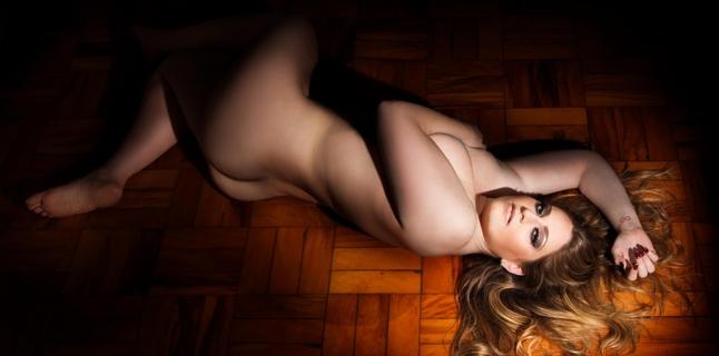 Modelo plus size Carla Manso faz ensaio de nu artístico