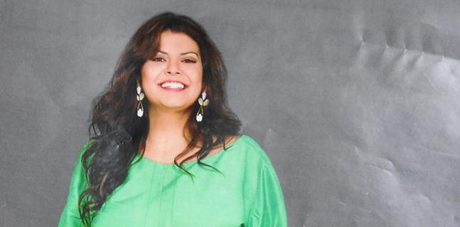 Flávia Guedes estrela ensaio plus size na revista Manequim