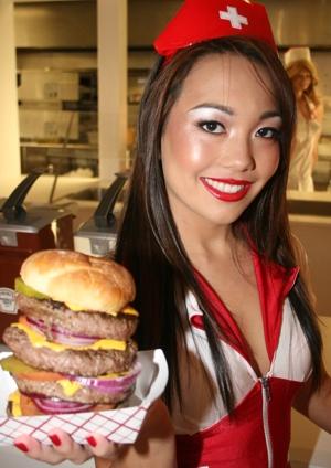 """Heart Attack Grill e suas """"enfermeiras"""""""