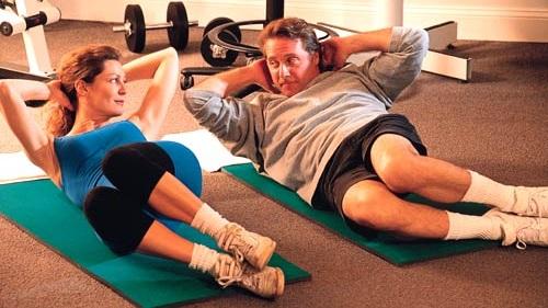 A redução dos marcadores inflamatórios ocorre mesmo naqueles que começam a praticar exercícios físicos na meia-idade. Não é preciso fazer exercícios pesados na academia! Caminhadas vigorosas e até jardinagem já contam para preencher a cota de duas horas e meia de atividade moderada por semana!